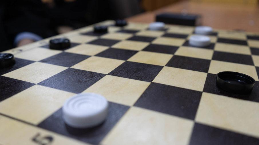 Может ли дамка рубить 2 шашки подряд